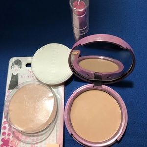 Bundle of face powder